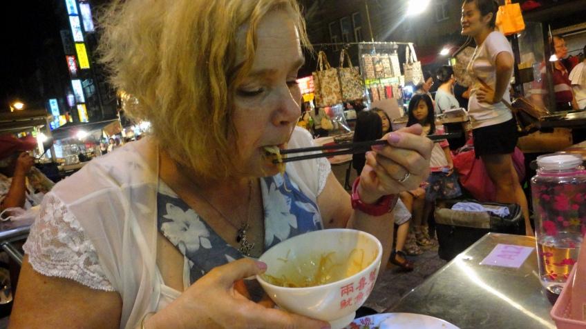 瑪麗安's chopstick lesson, Longshan Temple night market